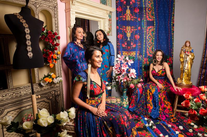 Csoportkép az új Romani enteriőrben