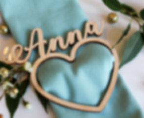 galda karte, galda kartes, galda kartes kāzām, kāzu galda kartes, suvenīri kāzam, kāzu suvenīri, kāzu dekori, dekori kāzām, personalizēti dekori kāzām, svinību dekori, dekori svinībām, galda dekori, dekori svētku galdam, svētku dekorēšana, kāzu dekoru idejas, idejas kāzu dekorēšanai, galda numuri, numuri galdiem, sēdvietu kartes, kāzu galds, kāzu galdi, kāzu galdam