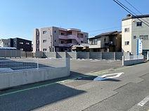 駐車場(道路を挟んで向かい側)