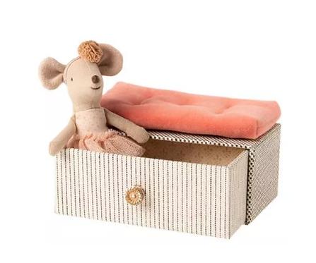 petite soeur souris danseuse et son lit en velours