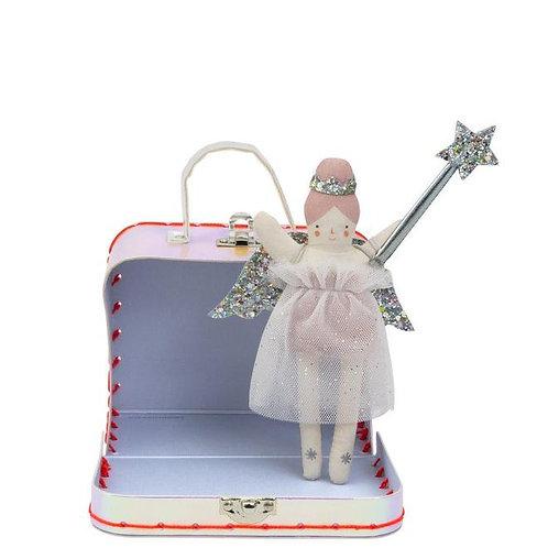 Mini poupée Evie dans sa valisette avec ailes d'ange et baguettes fournies.