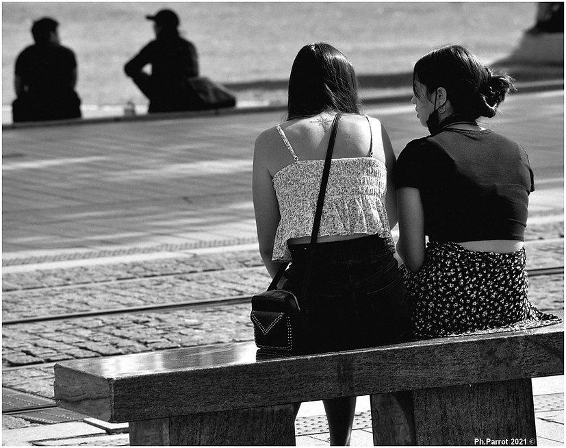 29-08-2021 Nantes Jeunes filles sur un banc.JPG