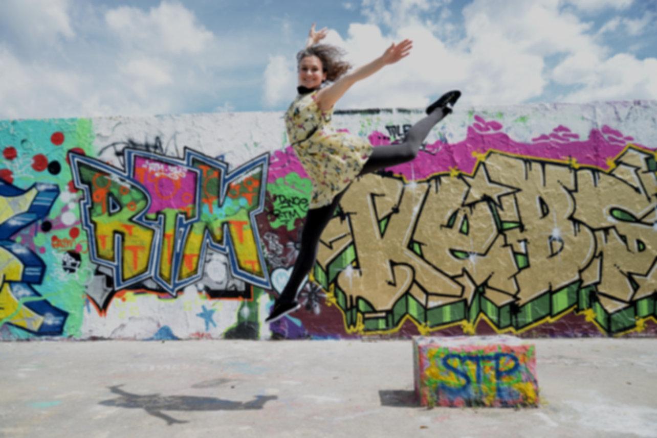 Tänzerin im Sprung vor der Berliner Mauer