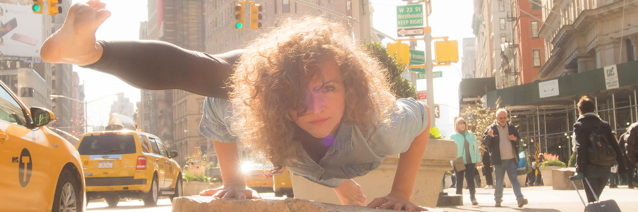 Frau in yoga pose on the street in nyc