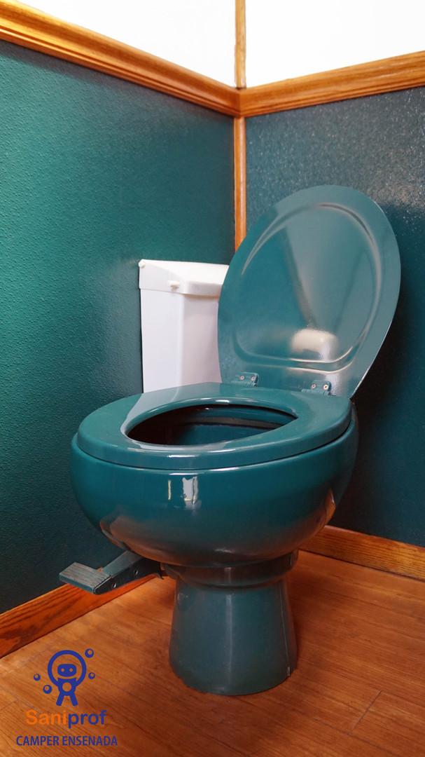 W.C. de porcelana con sistema de flush al pie