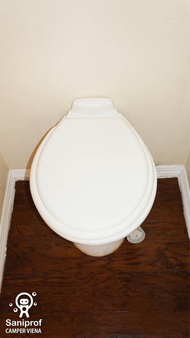 W.C. de porcelana y sistema de flush al pie