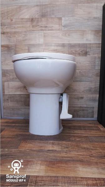 W.C. de porcelana y sistema flush.