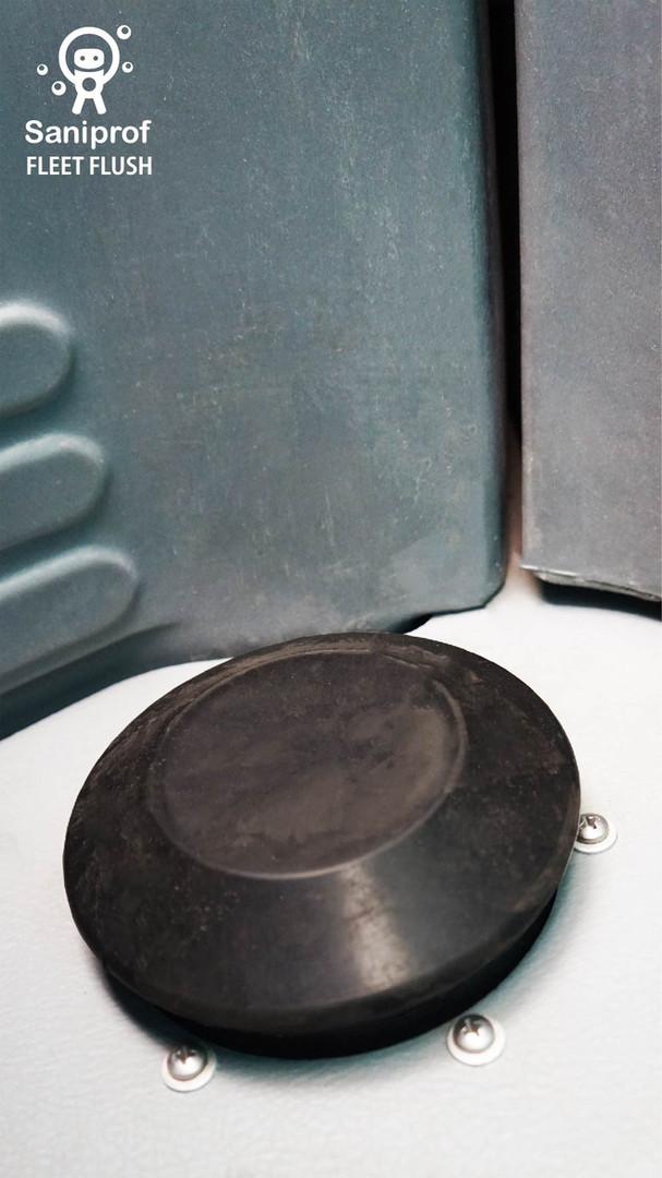 sistema de flush al pie y descargas de agua con aromatizante