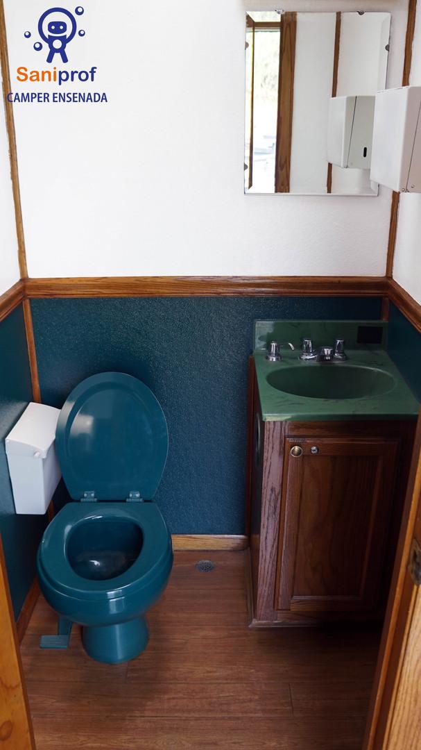 Cada cubículo tiene lavamanos