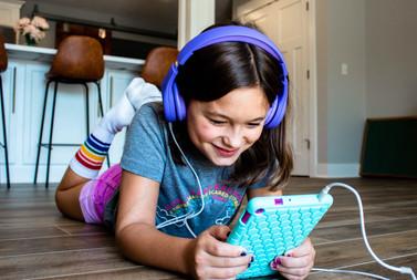child-reading-on-a-tablet-R7ZALSS.jpg