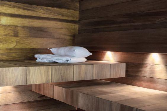 Saunan tummat lauteet on sijoitettu kahteen tasoon.