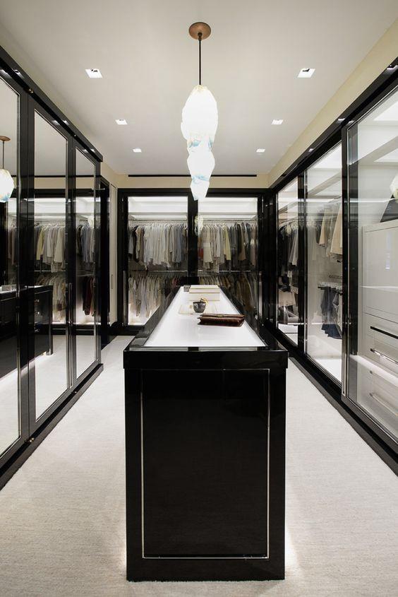 Vaatehuonessa tavarat on kätketty lasisten ovien taakse.