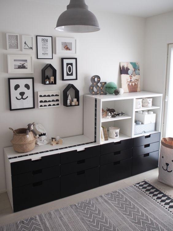 Ikean Halla sarjan osista on koottu iso kaapisto leujen säilytykseen.