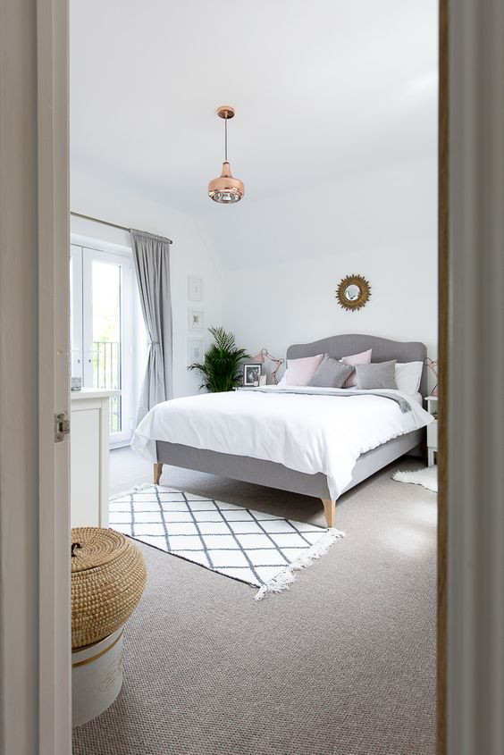 Makuuhuoneessa liian pieni matto on laitettu sängyn jalkopäähän. Se pienentää tilaa ja näyttää omituiselta suuressa huoneessa.