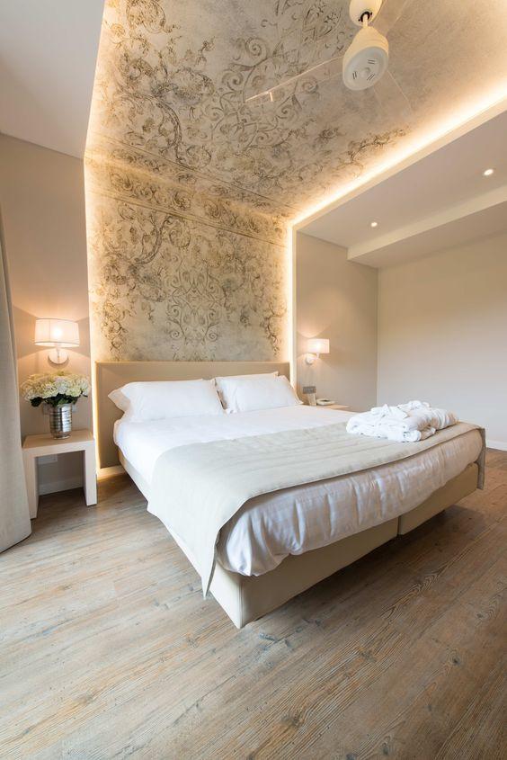 Sängyn päätysyvennystä on jatkettu kattoon asti ja valaistu se molemmilta sivuilta led nauhoin.