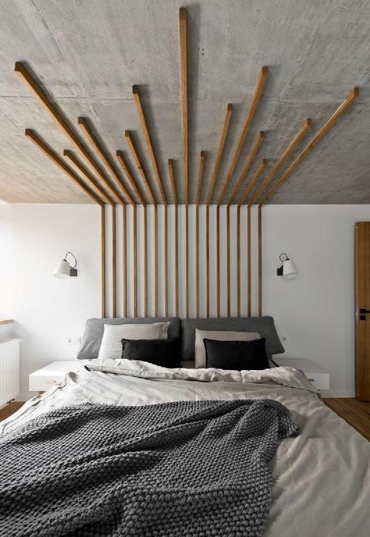 Sängyn taakse on kiinnitetty puurimoja noin 10 senttimetrin välein ja ne jatkuvat katossa sängyn ylle. Rimat on jätetty kattoon eri pituisiksi.