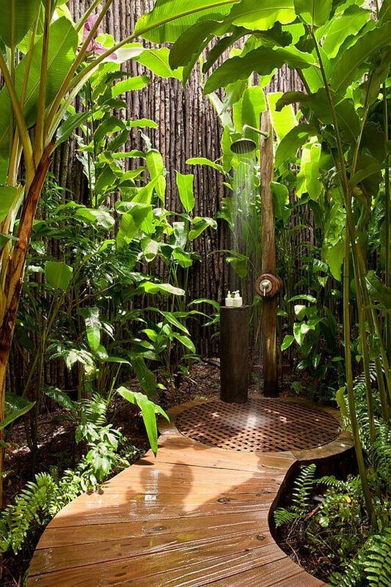 Viidakkotunnelmaa luovat isot kasvit ja puupinnat ulkosuihkuun.