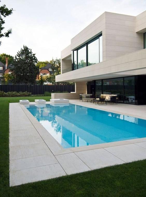 Allas sulautuu talon näyttävään moderniin arkkitehtuuriin.