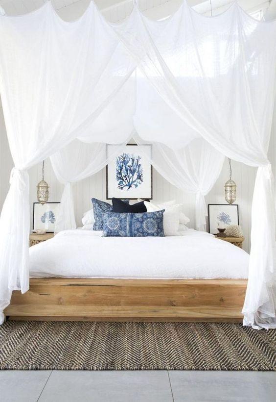 Sängyn ympärillä on romanttiset verhot.