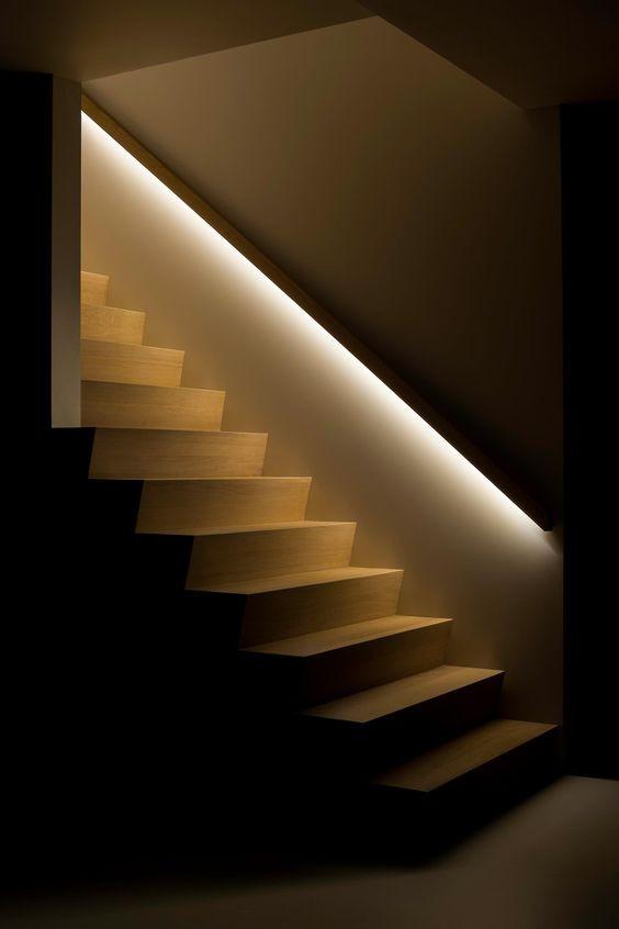 Portaikon kaiteen alareunaan on integroitu LED-valonauha, joka valaisee portaat.
