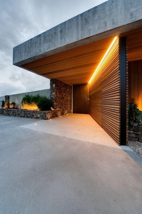 Talon pääovelle johtaa seinä minkä yläreunaan aivan katon rajaan on sijoitettu ohut valaisin koko seinän mitalta.