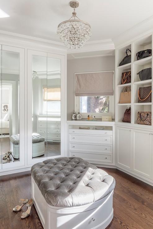 Klassisesti sisustetun vaatehuoneen korkeissa kaapinovissa on isot peilit.