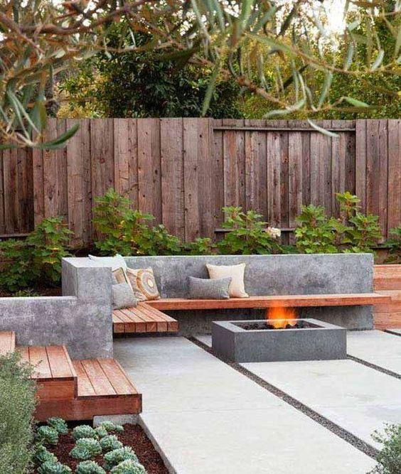 Moderni ilme terassille syntyy yksinkertaisesta betonista valetusta neliö nuotiopisteestä. Sen viereen on tehty betonista muuri, joka toimii istuimen selkänojana. Puusta on tehty istuintaso muuriin.