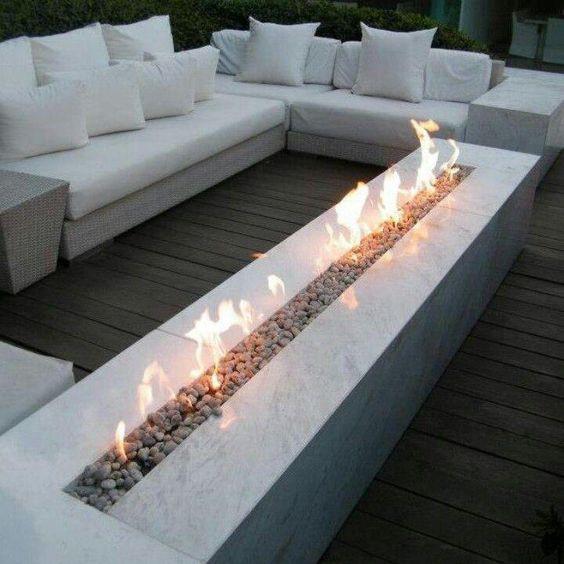 Valkoinen marmorinen biotakka käy hyvin terassin moderniin tyyliin.