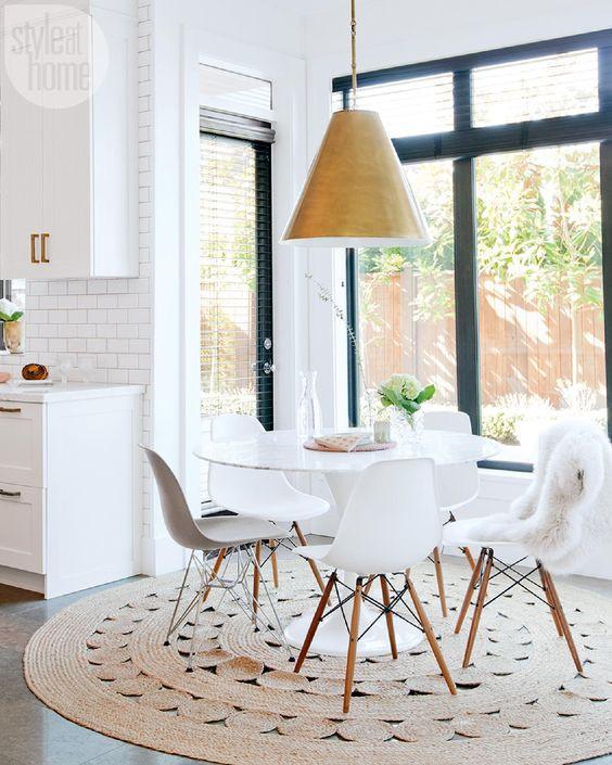 Kuvassa oleva ympyränmuotoinen ruokapöytä on saanut alleen ympyränmuotoisen maton. Matton on riittävän iso kyseiselle pöydälle. Kun tuolit ottaa pöydän alta esiin, ne eivät tule maton yli.