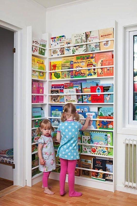 Huoneen nurkkaan on kahdelle sseinälle rakennettu kirjateline, joka yltää ovien yläosan korkeudelle asti. Kirjat pysyvä järjestykessä ja toimivat sisustuselementtinä.