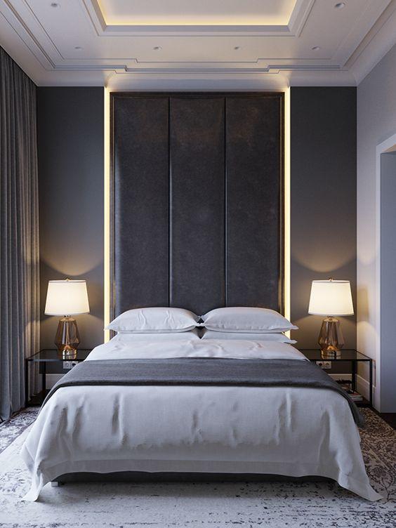 Makuuhuoneen päätyseinä on maalattu tumman harmaaksi. Sängyn kohdalla on syvennys lattiasta kattoon ja se on valaistu molemmilta sivuilta.