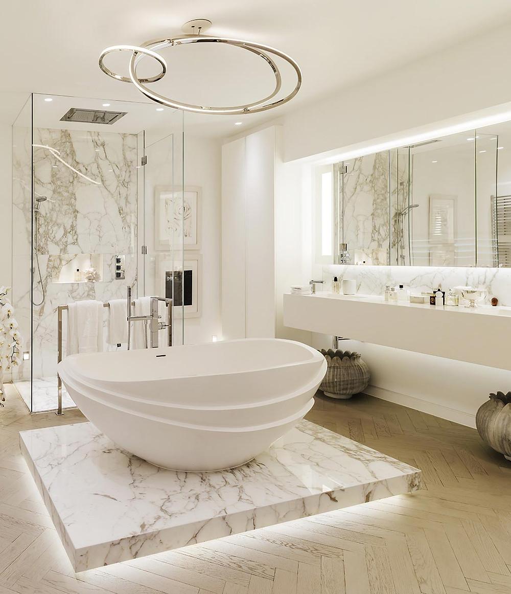 Kylpyhuoneen keskelle on rakennettu marmorista koroke veistokselliselle kylpyammeelle. Ammeen takana on lasiseinäinen suihkukoppi.