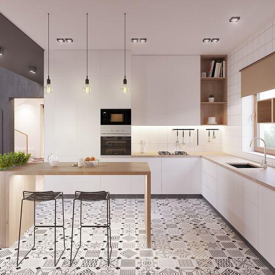 Modernissa valkoisessa keittiössä on käytetty yksityiskohtana mustavalkoista kuviollista laattaa lattiassa.