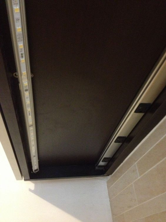 Ledvalolista on asennettu yläkaapin alapintaan. Valo on suunnattu keittiön seinää kohti.
