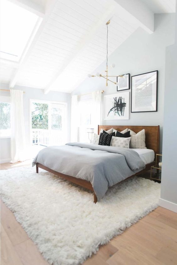 Iso pörröinen matto tulee reilusti yli sängyn jokaiselta sivulta.