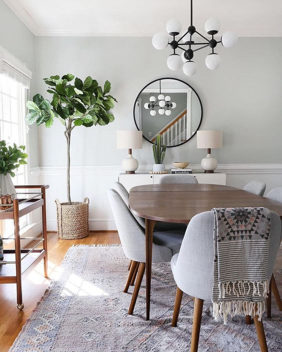 Keittiön ruokailutilassa pöydän alle on levitetty iso vaaleanpunaisen sävynen matto. Puinen tarjouluvaunu sopii puiseen keittiönpöytään ja tuolinjalkoihin. Seinät ovat hannon vihreät. Seinän viereen on laitettu iso tekokasvi ja lipasto, jonka päälle koottu sommitelma kaktuksesta, kirjoista ja kulhosta, joka on kirjojen päällä. Pöytävalaisimet on sijoitettu lipaston molemmin puolin ja pipaston yltä löytyy iso pyöreä mustakehyksinen peili. Pöydän yllä olevassa lampussa musta ympyräteema jatkuu. Lampun runko on musta ja valkoiset pallot kätkevät lamput sisäänsä.