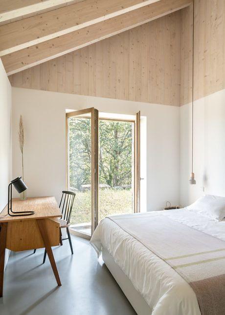 Skandinaavisessa makuuhuoneessa on käytetty valkoista ja puun sävyjä.