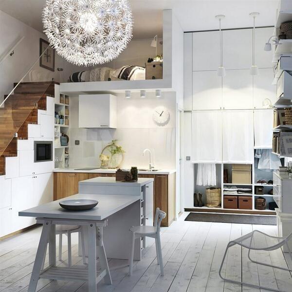 Keittiön kaapistot ja mikro on integroitu portaiden alle.