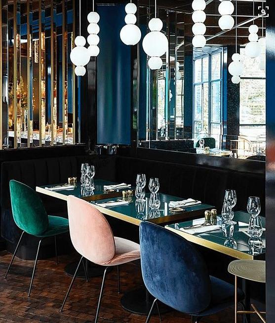 Petroolinvihreä, vaaleanpunainen ja royal blue sininen tuoli kahvilassa.