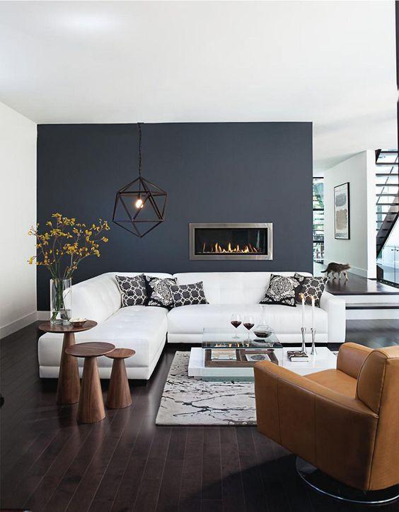 Olohuoneessa peräseinä on maalattu tummanharmaalla ja sivuseinät ja katto ovat valkoiset. Tummanharmaa seinä tuo huoneeseen syvyyttä ja avartaa tilaa.