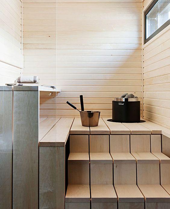 Vaaleassa saunassa on käytetty leveitä lankkuja lauteissa.