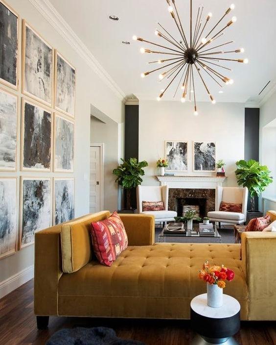 Keltainen divaani on olohuoneen näyttävä keskipiste.