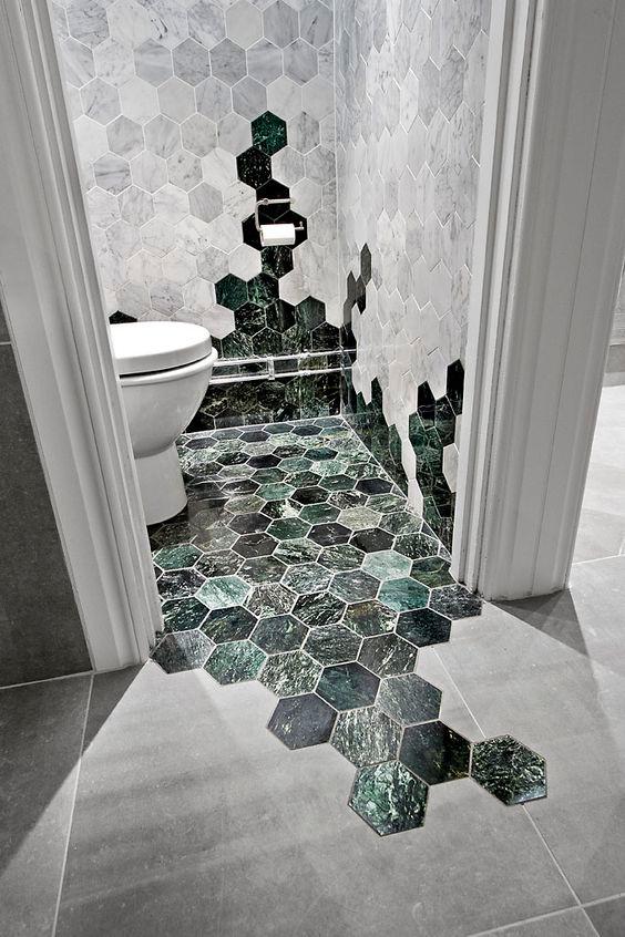 Valkoista mattapintaista laattaa ja vihertävää kiiltävää laattaa on sijoitettu nerokkaasti vessan lattiaan ja seiniin. Koko lattia on päällystetty vihreällä laatalla mutta laatta kiipeä osittain myös seinille ja luo mielenkiintoisen ilmeen. Vessan lattialaatoitus myös tulee osittain vessan oven ulkopuolellekin.