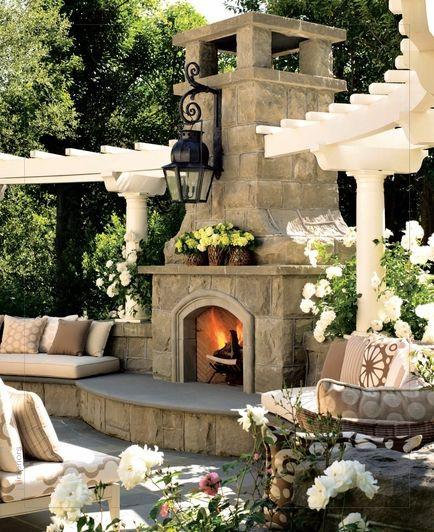 Romanttisen ulkotakan molemmille puolille on muurattu kiinteät istuimet.