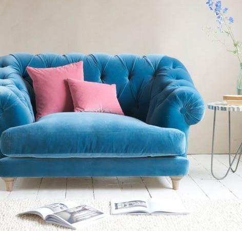 Syvänsiniset sohvat ovat todella trendikkäitä.