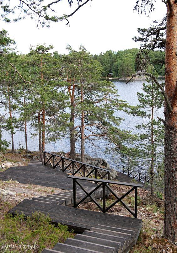 Mökin rantaan vievät portaat on jaoteltu useampaan eri tasoon ja välille on rakennettu tasanteita. Portaiden kaiteet luovat turvallisuutta.