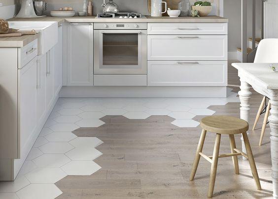 keittiössä seinänvierukset on laatoitettu kuusikulmaisella laatalla epäsymmetrisesti. Laatat jatkuvat parkettina.