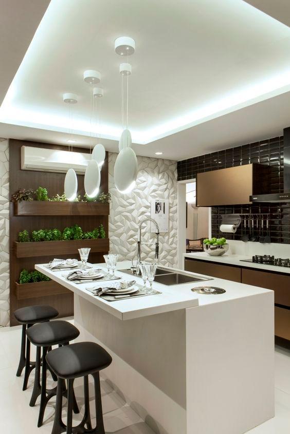 Keittiön katto on reunoiltaan alaslaskettu ja valo on sijoitettu rakenteisiin.