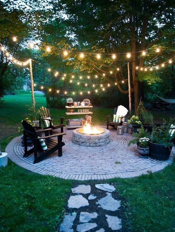 Pihakivistä on tehty nurmikolle ympyrä jonka keskelle on ladottu isommista kivistä nuotio.