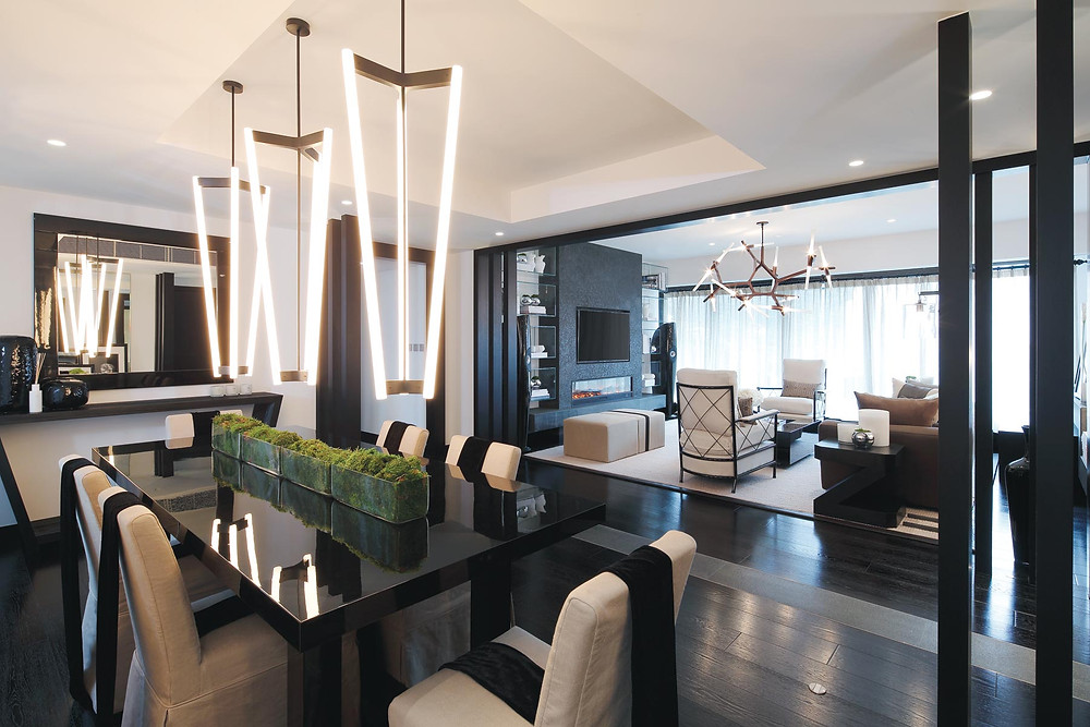Keittiö ja olohuonetilan lattia on leveää mustaa parkettia.